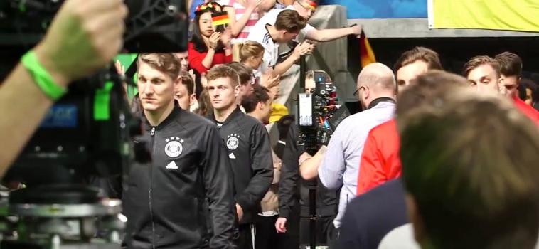 Mercedes Werbung mit der Fußballnationalmannschaft